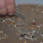 Ľudia dostávajú do organizmu mikroplast dýchaním aj jedlom