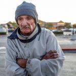 Obyvatelia bohatých krajín stále častejšie vyhadzujú starých ľudí na ulicu